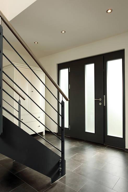 Projekty,  Korytarz, przedpokój zaprojektowane przez FingerHaus GmbH