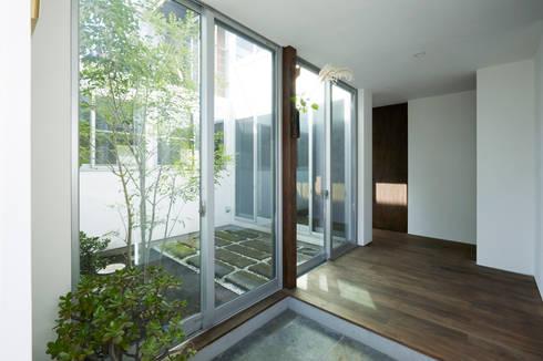 中庭と繋がる玄関-2: エトウゴウ建築設計室が手掛けた廊下 & 玄関です。