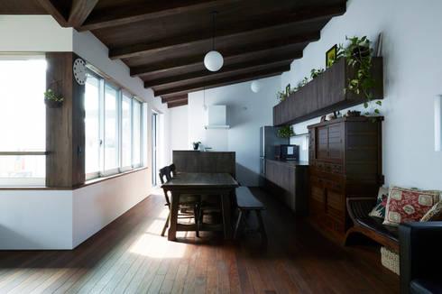 中庭に向かって架けられた大屋根に包まれるLDK-2: エトウゴウ建築設計室が手掛けたキッチンです。