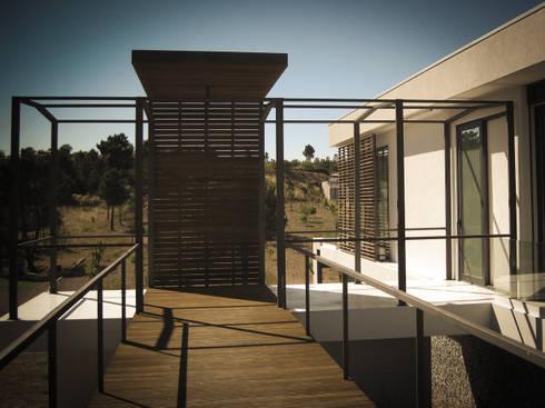 Habitação - Trancoso 1: Casas modernas por ARKIVO