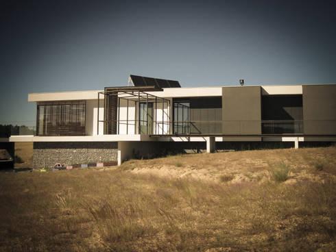 Habitação - Trancoso 2: Casas modernas por ARKIVO