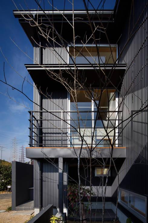 家族をつなぐスキップフロアの家-外観2-: 小田達郎建築設計室が手掛けた庭です。