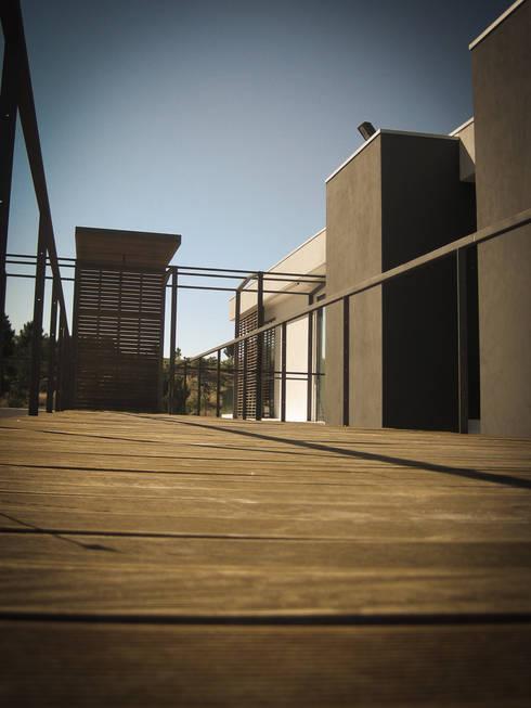 Habitação - Trancoso 9: Casas modernas por ARKIVO