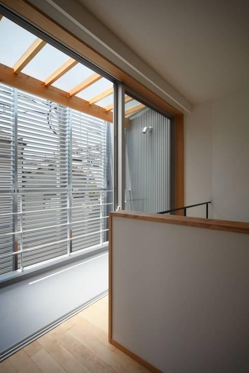 門田屋敷ハウス: FOMES designが手掛けたベランダです。