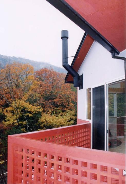 暖炉と書斎とせせらぎの聞こえる家: 建築設計事務所PRADOが手掛けた家です。