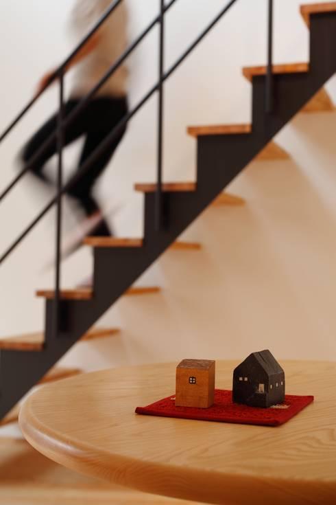 門田屋敷ハウス: FOMES designが手掛けた廊下 & 玄関です。