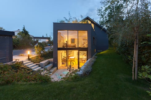 Eingang Atelier: moderne Häuser von von Mann Architektur GmbH