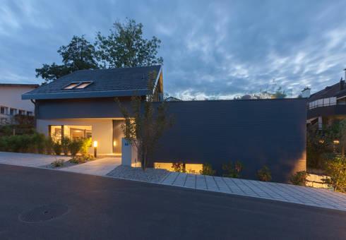 Eingang Wohnhaus bei Dämmerung: moderne Häuser von von Mann Architektur GmbH