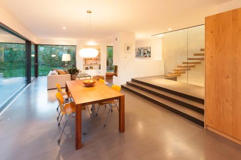 Essen -Wohnen: moderne Esszimmer von von Mann Architektur GmbH