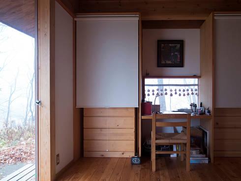 那須の週末住居: 松原正明建築設計室が手掛けた寝室です。