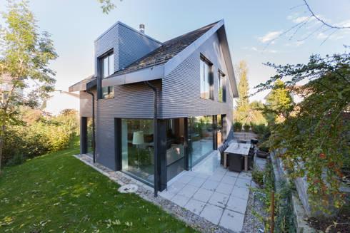 Südterrasse / Bachseite: moderne Häuser von von Mann Architektur GmbH