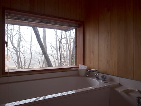那須の週末住居: 松原正明建築設計室が手掛けた浴室です。
