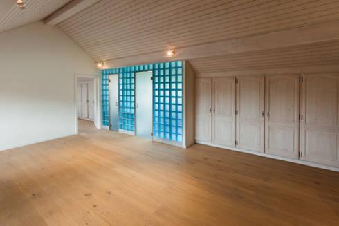 Dachraum mit eingeschobenem Badezimmer in italienischen Glasbausteinen: moderne Arbeitszimmer von von Mann Architektur GmbH