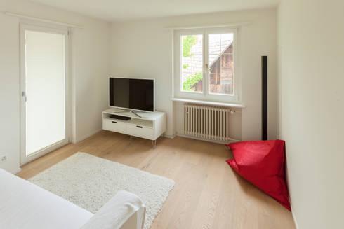 TV-Zimmer: moderner Multimedia-Raum von von Mann Architektur GmbH