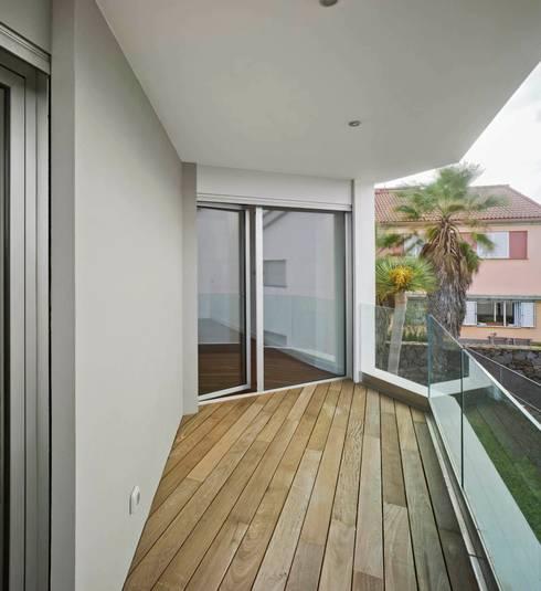 Vivienda unifamiliar Aislada en Tafira Alta: Terrazas de estilo  de BELLO Y MONTERDE arquitectos