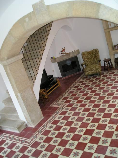 Salas / recibidores de estilo  por Balármoca baldosas hidráulicas