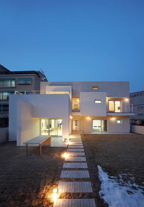 Projekty, nowoczesne Domy zaprojektowane przez (주)건축사사무소 아뜰리에십칠