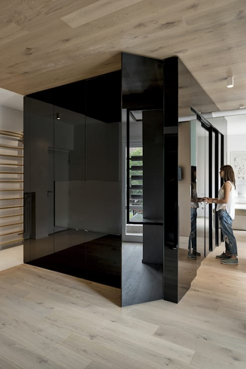CUBE HOUSE: Soggiorno in stile  di Mohamed Keilani Architect