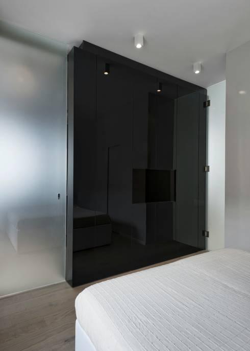 CUBE HOUSE: Camera da letto in stile  di Mohamed Keilani Architect