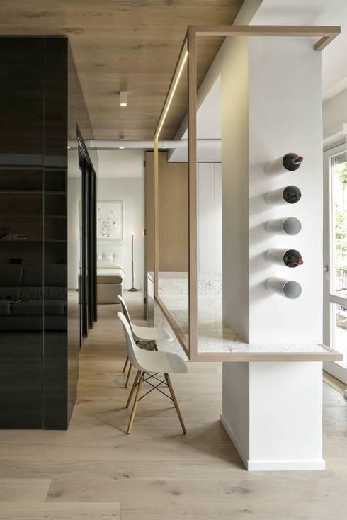 CUBE HOUSE: Sala da pranzo in stile  di Mohamed Keilani Architect