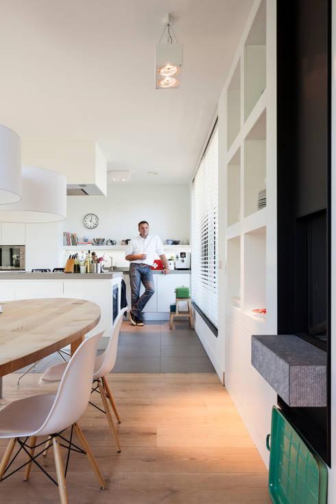 Woonhuis Kadoelen Amsterdam Noord: moderne Keuken door Équipe architectuur en urbanisme