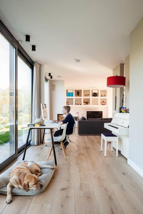 Woonhuis Kadoelen Amsterdam Noord: moderne Woonkamer door Équipe architectuur en urbanisme