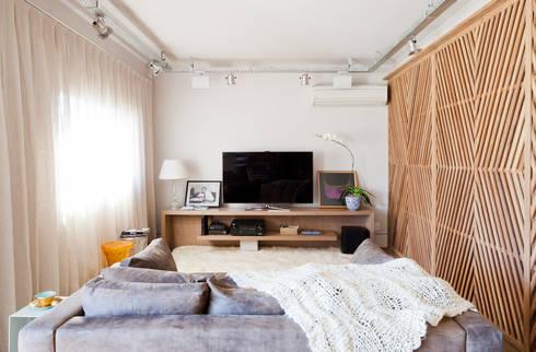 Sala de TV: Salas de estar ecléticas por H2C Arquitetura