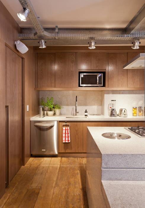 Cozinha: Cozinhas ecléticas por H2C Arquitetura