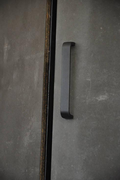 Clóset garaje: Garajes de estilo moderno por Mediamadera