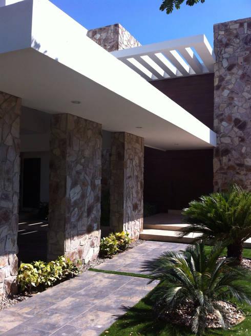 casa 240: Casas de estilo  por Hussein Garzon arquitectura