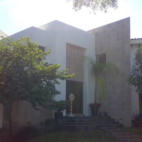 casa 84: Casas de estilo moderno por Hussein Garzon arquitectura