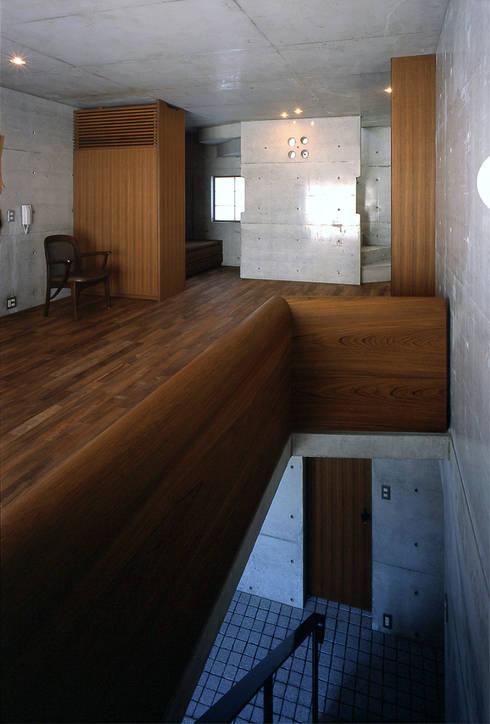 チーク無垢手摺: 松井建築研究所が手掛けた廊下 & 玄関です。