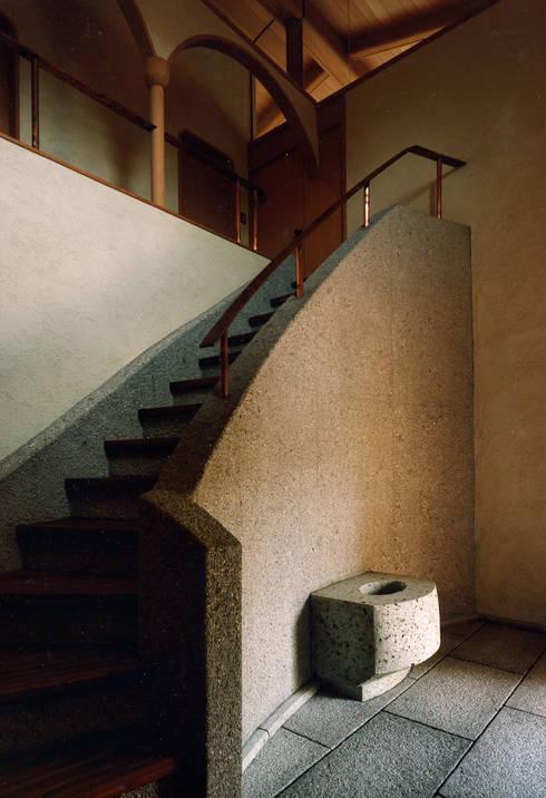 伽留羅-世田谷の事務所併用住宅-: 松井建築研究所が手掛けた廊下 & 玄関です。