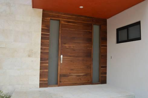 Puerta de acceso principal: Ventanas de estilo  por Revah Arqs