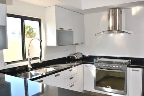 Cocina Segovia : Cocinas de estilo moderno por Toren Cocinas