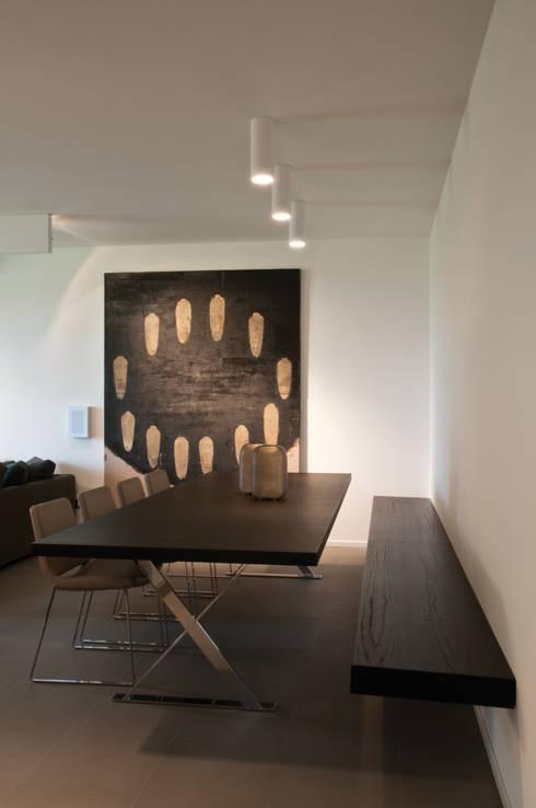 Abitazione SC: Sala da pranzo in stile in stile Moderno di INSIDESIGN STUDIOSTORE  - MELMAN GROUP SRL