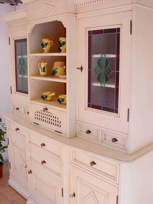 Rustikaler küchenschrank in unserer ausstellung landhausstil küche von küchenstudio golla gmbh