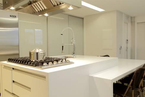 Cobertura Parque Areião: Cozinhas modernas por Ana Paula e Sanderson Arquitetura
