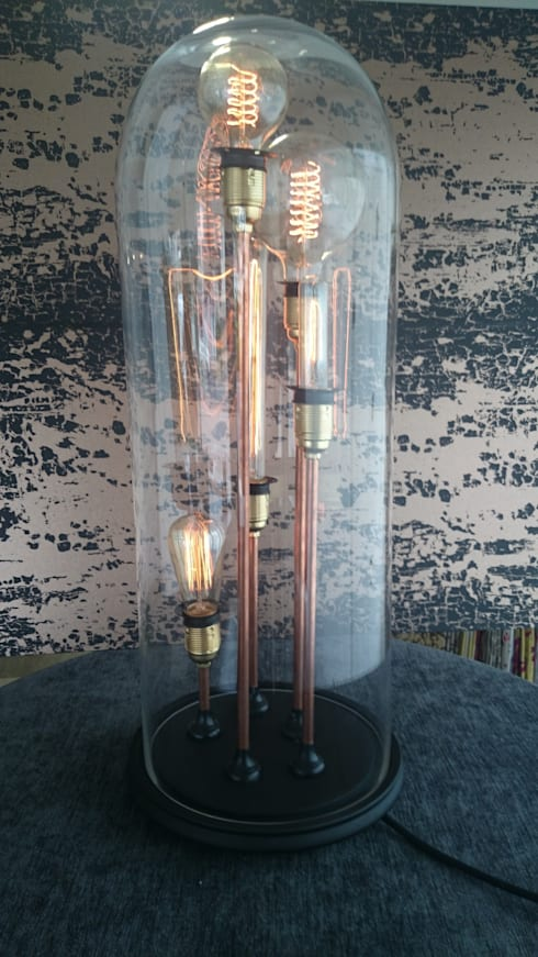 """Standing tall"" Bell jar lamp: Salon de style  par GD Creation"