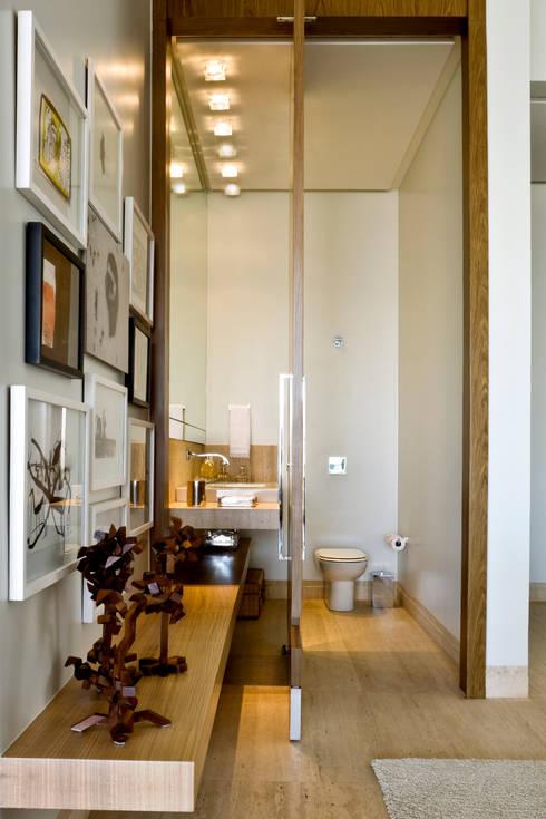 Casas de banho modernas por Ana Paula e Sanderson Arquitetura