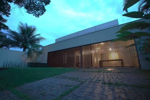 Escritório de Arquitetura: Casas modernas por Ana Paula e Sanderson Arquitetura