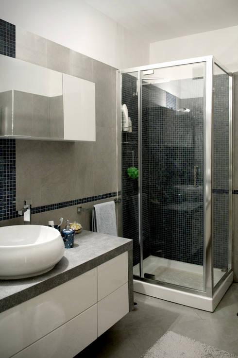 bagno di servizio: Bagno in stile  di MedomStudio
