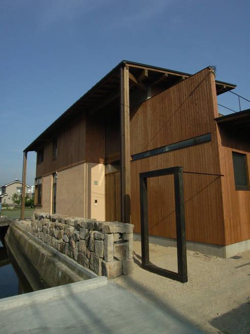 エントランス: Interstudio  Architects & Associates Japanが手掛けた家です。