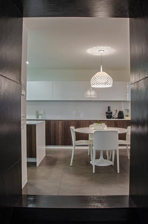 Vivienda Unifamiliar: Cocinas de estilo  de cota-zero, tenica y construcción integrada, s.l.