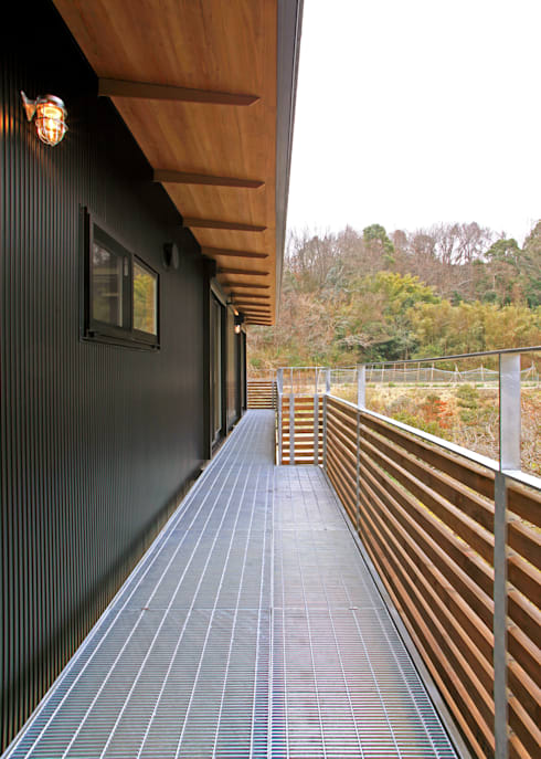 House in Mure: 高倉設計事務所が手掛けたテラス・ベランダです。