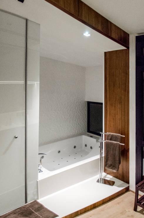 Vivienda Unifamiliar: Baños de estilo  de cota-zero, tenica y construcción integrada, s.l.