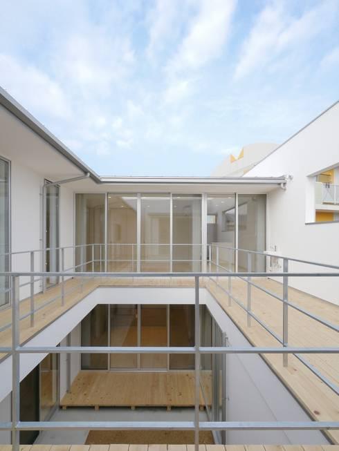 2F Deck house: 開建築設計事務所が手掛けたテラス・ベランダです。