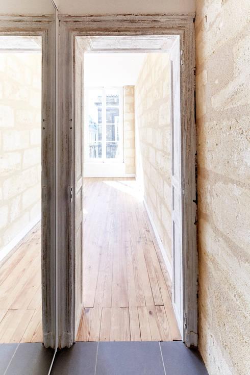 RÉHABILITATION LOGEMENTS COLLECTIFS: Couloir et hall d'entrée de style  par Cendrine Deville Jacquot, Architecte DPLG, A²B2D