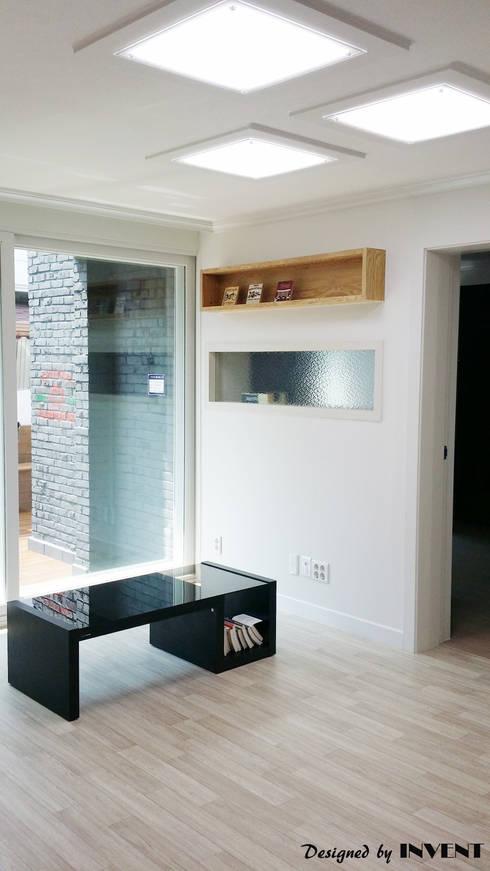 Living room by 인벤트 디자인