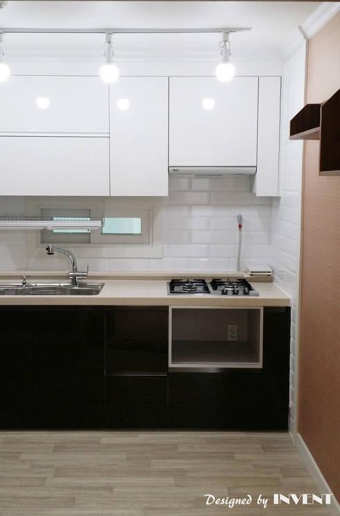 Cozinhas modernas por 인벤트 디자인